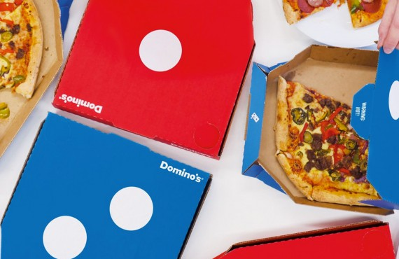 Una pizza in compagnia con il packaging Domino's