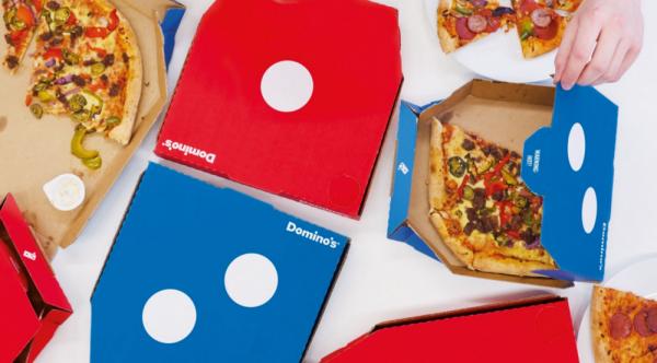 Una pizza in compagnia con il packaging Domino's