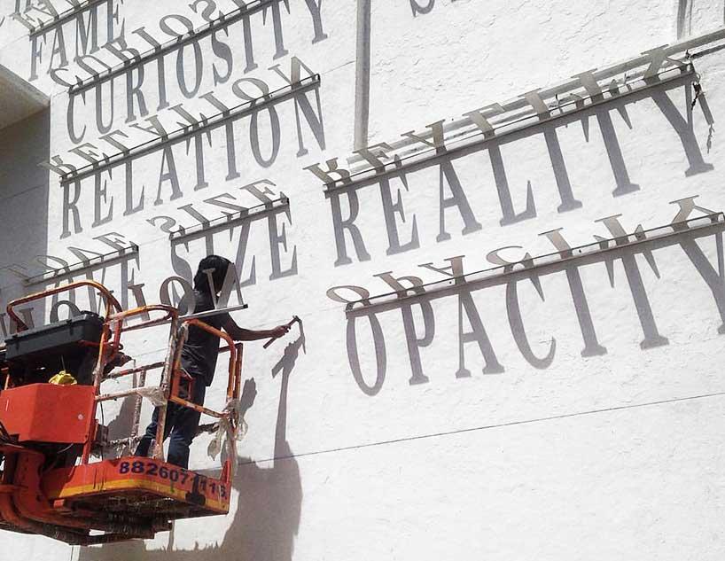 Street Art: ecco i graffiti tipografici che funzionano come una meridiana