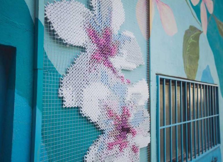 Raquel Rodrigo e la street art floreale a punto croce