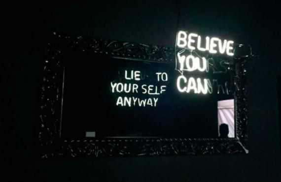 La verità è svelata allo specchio nelle sculture di luce di Camilo Matiz
