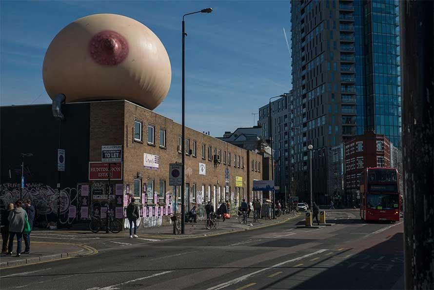 Una tetta sui tetti di Londra: la campagna a sostegno dell'allattamento in pubblico